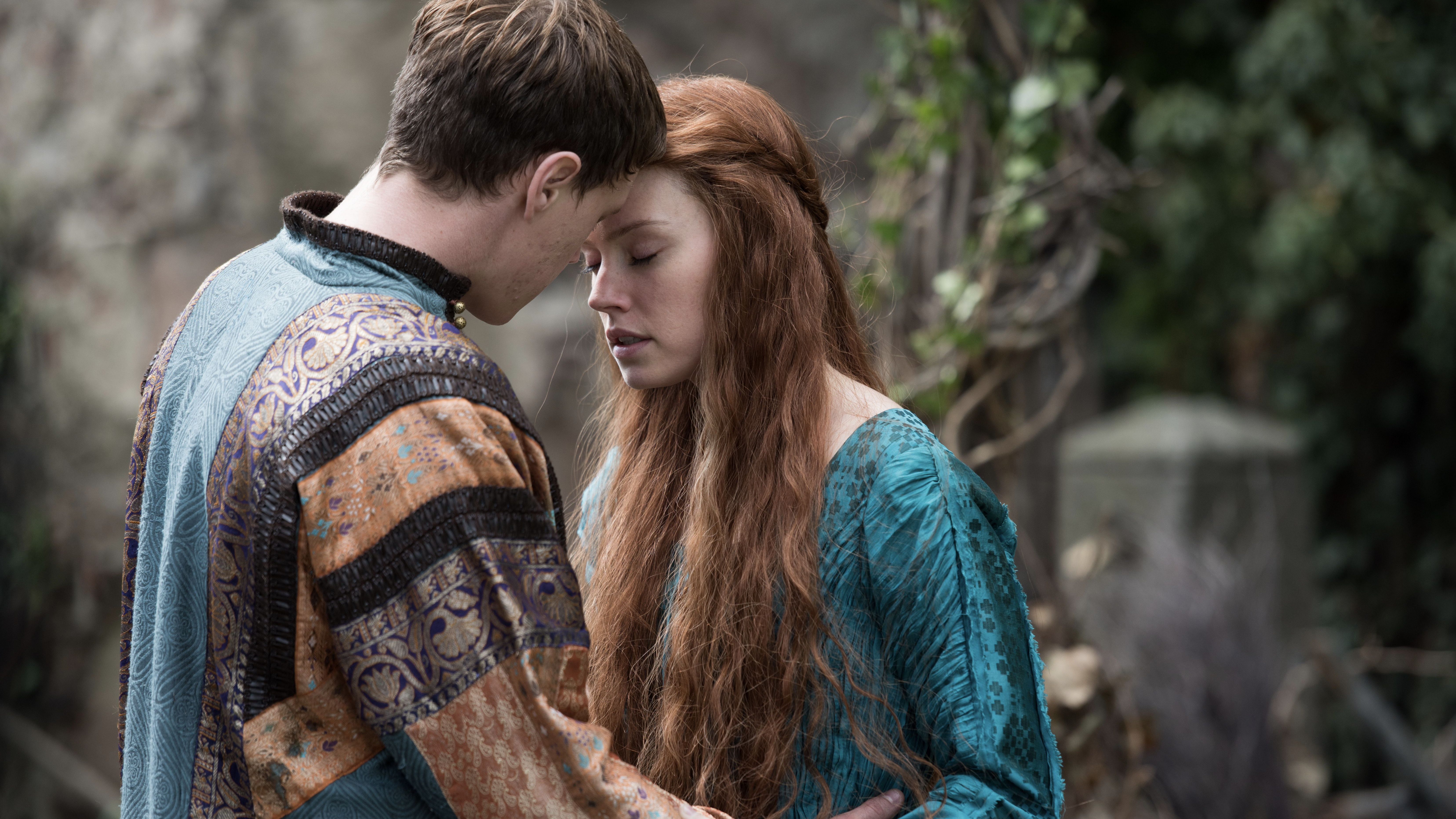 George MacKay and Daisy Ridley in OPHELIA (Blue Finch Film Releasing)